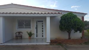 Casa En Venta En Coro, Av Los Medanos, Venezuela, VE RAH: 17-7367