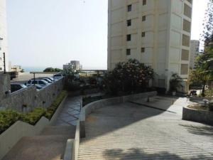 Apartamento En Venta En Catia La Mar - Playa Grande Código FLEX: 17-7989 No.1