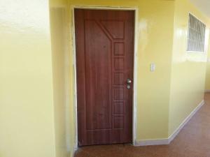 Apartamento En Venta En Catia La Mar - Playa Grande Código FLEX: 17-7989 No.5