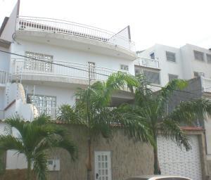 Casa En Venta En Parroquia Caraballeda, Los Corales, Venezuela, VE RAH: 17-8113