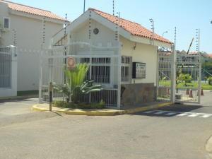 Townhouse En Venta En Maracaibo, Avenida Goajira, Venezuela, VE RAH: 17-8521
