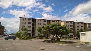 Apartamento En Venta En Municipio Los Guayos, Paraparal, Venezuela, VE RAH: 17-10156