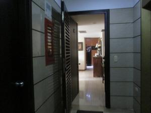 Apartamento En Venta En Caracas - Campo Alegre Código FLEX: 17-10174 No.3