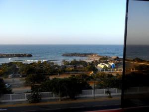 Apartamento En Venta En Catia La Mar, Playa Grande, Venezuela, VE RAH: 17-10429