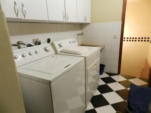 Casa En Venta En Caracas - Los Palos Grandes Código FLEX: 17-15511 No.17