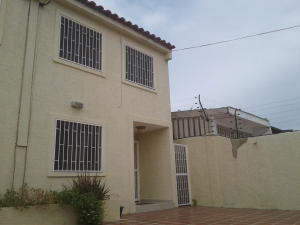 Townhouse En Ventaen Punto Fijo, Puerta Maraven, Venezuela, VE RAH: 18-2138