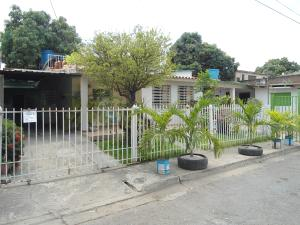 Casa En Venta En Maracay En La Esmeralda - Código: 18-3520