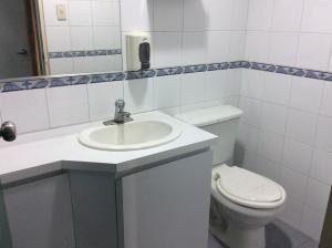 En Alquiler En Caracas - Altamira Código FLEX: 18-3676 No.5