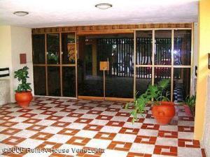 Apartamento En Venta En Maracay - La Coromoto Código FLEX: 18-11374 No.2