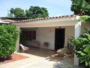 Casa En Venta En Maracay - Santa Rita Código FLEX: 18-12635 No.0