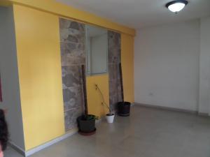 Apartamento En Venta En Maracay - Los Chaguaramos Código FLEX: 19-1010 No.2