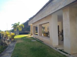 Casa En Venta En Maracay - Lomas de Palmarito Código FLEX: 19-3484 No.2