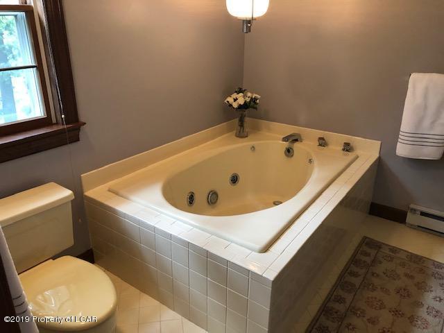 43 Kenilworth-Jetted Tub-Master Bath
