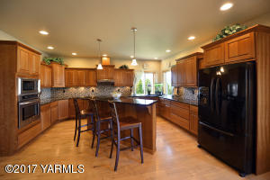 6 Gorgeous Kitchen with Loads of Storage
