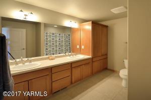 15 Upstairs Full Bathroom
