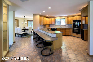 Large Kitchen w/Casual Eating Bar