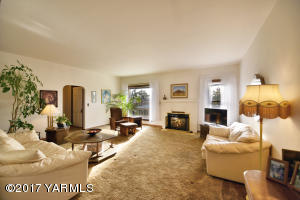 2a Bright and Spacious Living Room