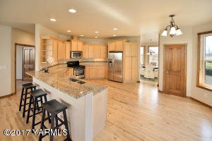 3a Spacious Kitchen with Breakfast Nook