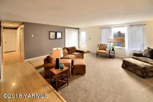 2 Bright & open living room