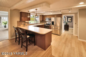 5 Nicely finished, spacious kitchen