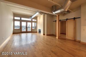 3-Livingroom with Views