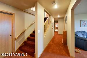 10 Easy Staircase to Lower Level
