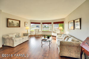 2b Bright & Spacious Living Room