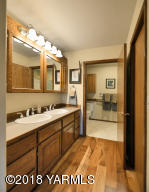 6b Double Vanity and Large Closet