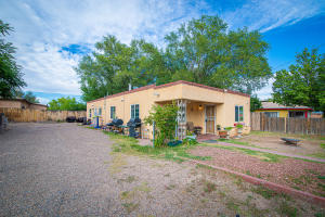 808 Arthur Road SW, Albuquerque, NM 87105