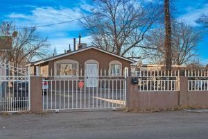 2421 FRANZEN Road SW, Albuquerque, NM 87105