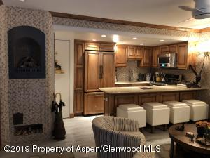 Incredibly designed and decorated Pied-a-terre! 1 Block from the Silver Queen Gondola, in the Aspen Core. Ski-In