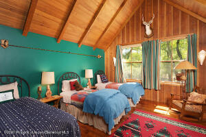 Guest room with three twin beds