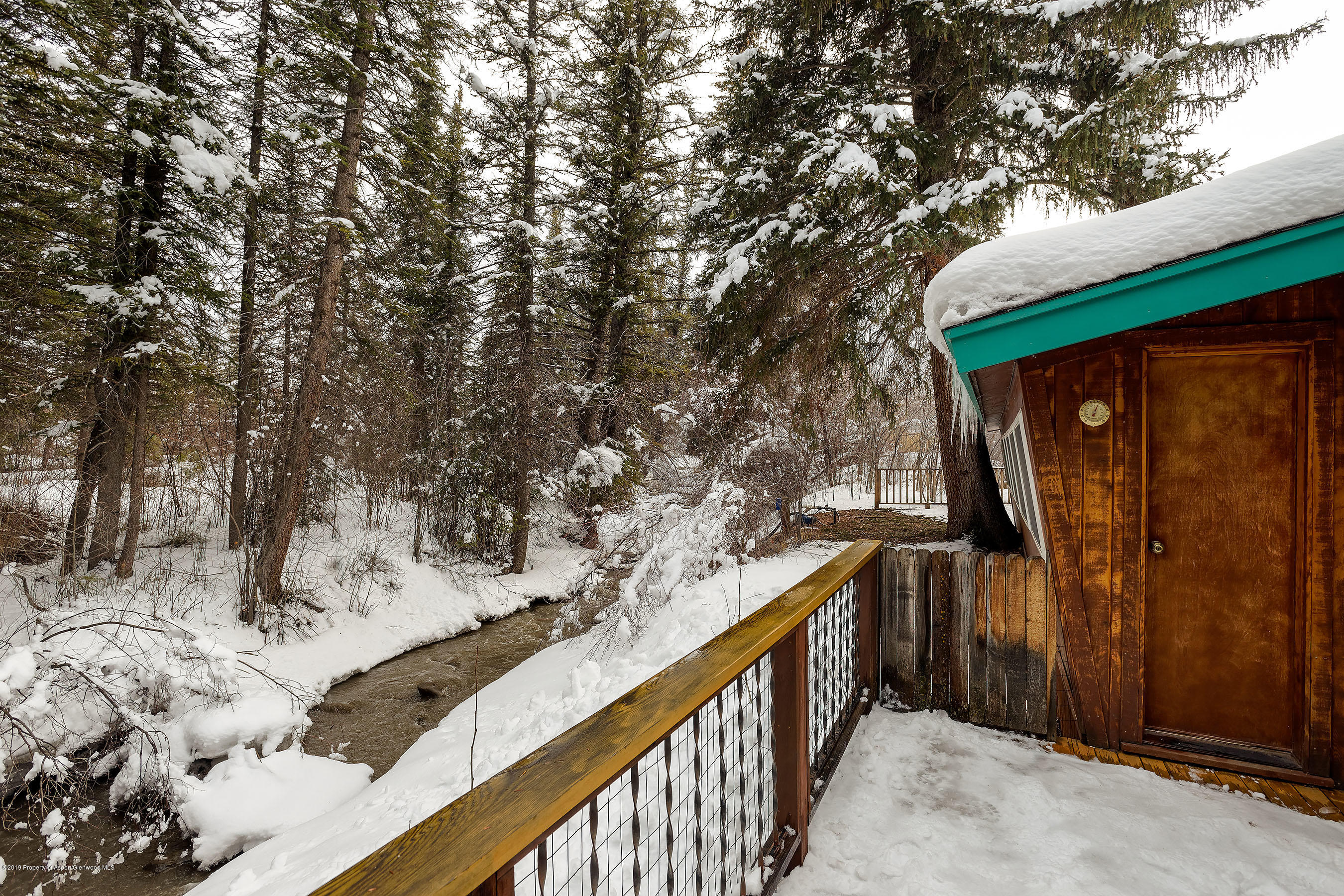 Lovely Cottage on  Capitol Creek with easy access to Aspen and  Willits.  Warm and Inviting.Tastefully furnished  The  sounds from Capitol Creek flow through the home year round..