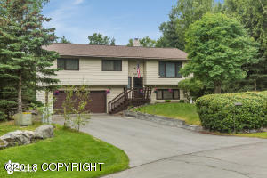 In a great location, quiet neighborhood with easy access to Eagle River and commute into JBER or Anchorage.