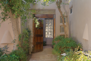 Guard gated community of Pavoreal. Enjoy lush green landscaping, a beautiful clubhouse complete with a workout room, a sparkling pool and spa. Perfect downtown location surrounded by Scottsdale's finest resorts, health clubs, shopping and restaraunts.