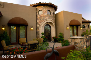 Spacious courtyard w/pavers