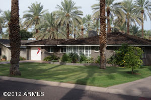 Great curb appeal, beautiful date palms