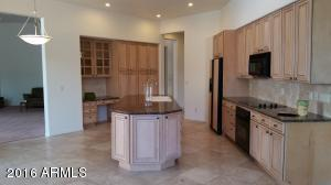 Spacious Kitchen w Maple Cabinets