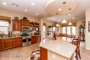 Beautiful Kitchen & Breakfast Room !