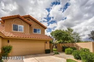Beautiful patio home! Front yard maintenance is included in the HOA fee! Wow.