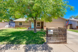 Beautiful home in Downtown Gilbert with curb appeal!