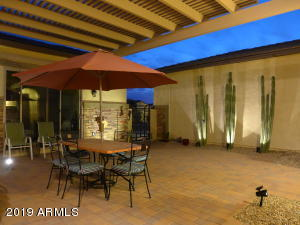 Evening enjoy the large front Courtyard