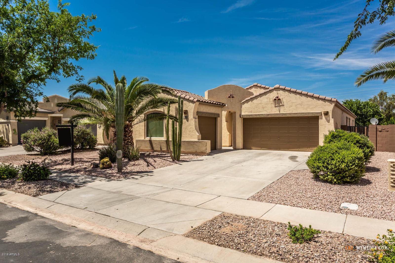 Photo of 682 E LAS COLINAS Place, Chandler, AZ 85249