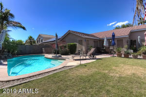 Amazing backyard with grass and pool. Relax with your frineds.