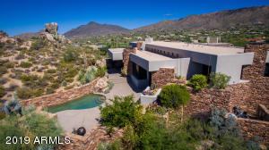 From Desert Mountain master builder, Dick Lloyd, this wonder-ful and bold contemporary is sited on a stunning outcropping of Heart Rock, at the end of a quiet cul de sace.