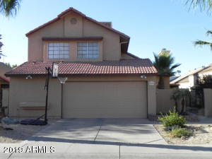 Remodeled courtyard home in Merit Estates. Venetian gold granite counter tops and richly refurbished cabinets. Tile in all the right places. Vaulted ceilings and an extended loft not included in assessor's square footage. Tons of recessed lighting. Close to the 101 and 51 freeways.
