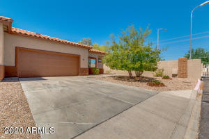Gated townhome in NE Mesa with 2 car garage!