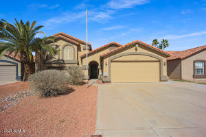 Ahwatukee tri-level home with 5 BD/3 BA + huge Bonus Room & Pool, in Kyrene Elementary School District! Exterior was repainted in late 2020.
