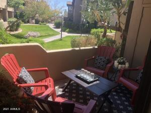 Conveniently located just of Loop 101 freeway with easy access to shopping center, fine dinning and entertainment.  This first floor condo is a gorgeous  Aventura Condominium is Scottsdale AZ features granite counter tops, travertine stone floors and shower, stainless steel appliances and much more...