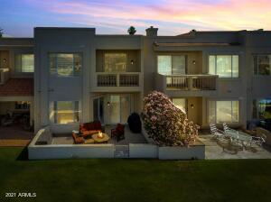 Stunning contemporary townhome in the Islands of Gilbert